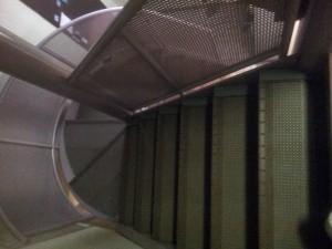 階段から地下入口へ
